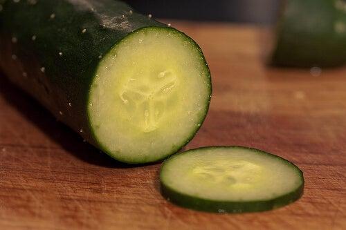 при задържане на течности слагайте по една краставица в 2 литра вода и консумирайте цял ден