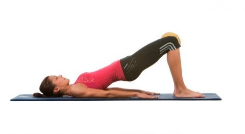 Упражнение за седалищните мускули  - повдигане на ханша