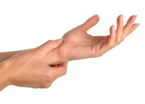 Кои са причините за болката в дланите и китките?