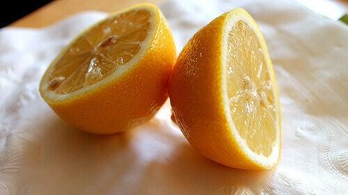 Домашен лек против пърхот - изплакнете косата си с лимонена вода.