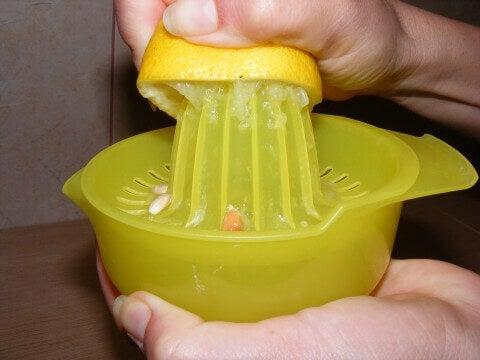 Използвайте свойствато на лимоните с топла вода сутрин