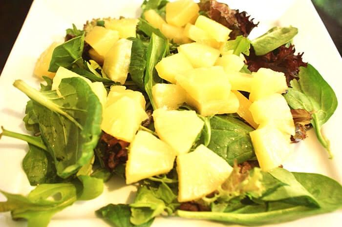 за да подмладите косата си, яжте ананас и зеленолистни зеленчуци