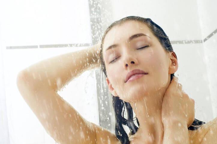 трикове за свежа коса - студен душ сутрин