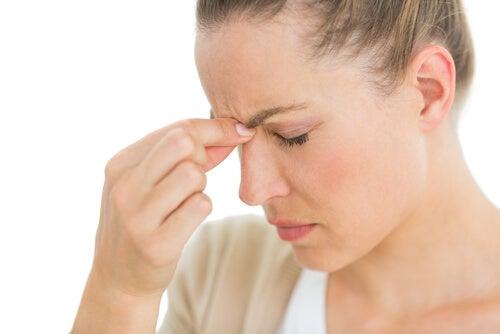 при мозъчна аневризма се наблюдава главоболие и болка над очите