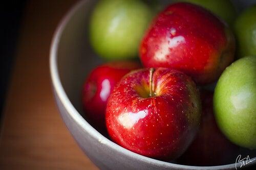 """Ябълките съдържат """"полезни"""" киселини, , които премахват пикочната киселина."""