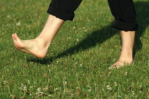 Ползи от ходенето на бос крак