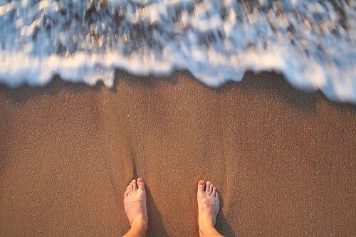 на плажа ходете с боси крака, за да по-добър тонус