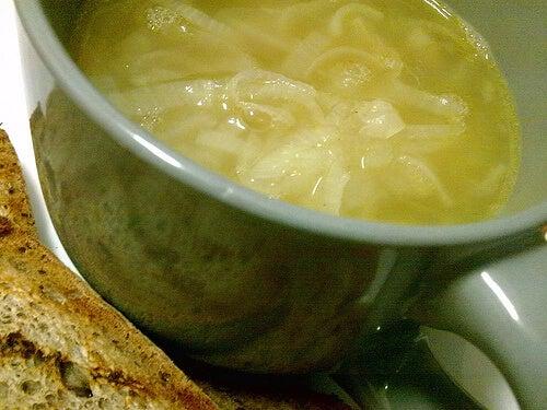 рецепта за лека вечеря - лучена супа с яйце
