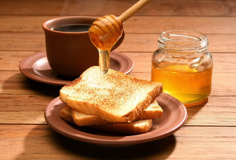 освен филийките, може да намажете с мед и напуканите си пети