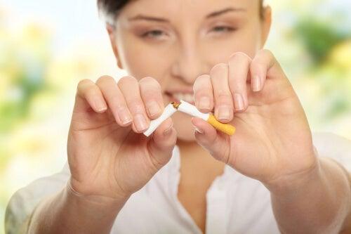 не пушете, за да не увреждате костите си