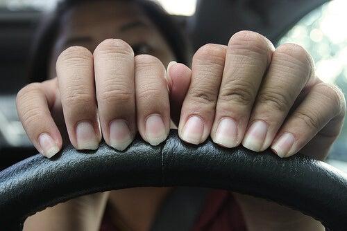 втривайте зехтин в ноктите си