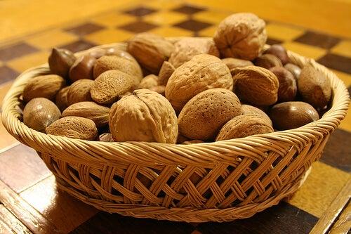 храни антидепресанти - орехи