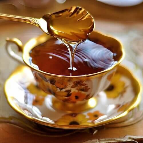 възпаленото гърло се лекува с чай и лимон