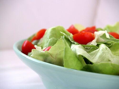 Консумирайте повече пресни зеленчуци и салата против акне
