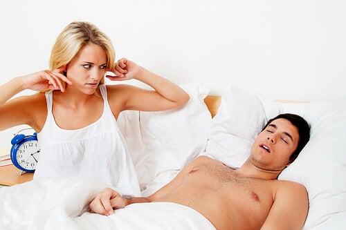 сънната апнея се характеризира и с хъркане