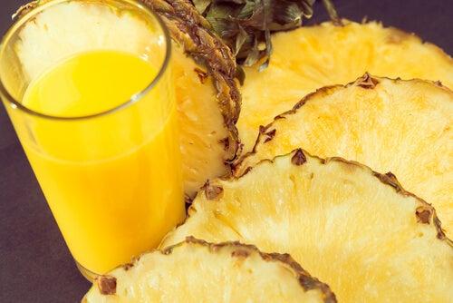 Съхранението на ананас в хладилника предотвратява узряването му.