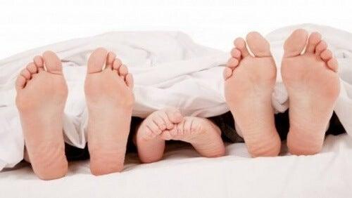 За по-добър сън, извадете единият си крак извън завивките