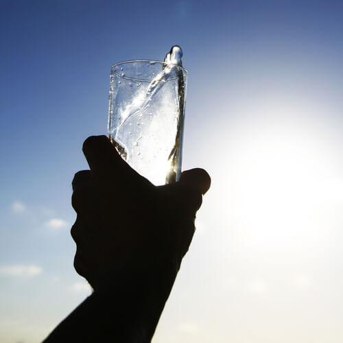 пиенето на вода помага на бъбреците ви