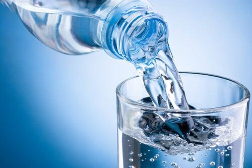 Пиене на вода за стимулиране на метаболизма