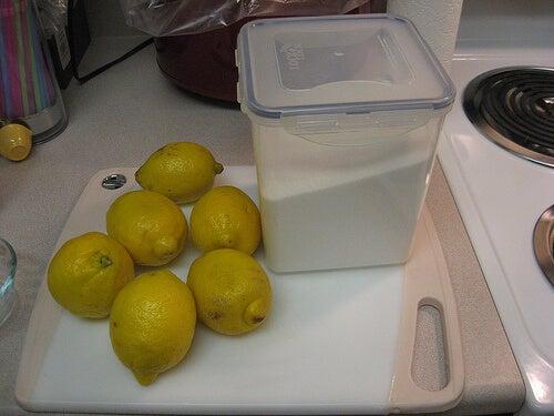 захарна маска с лимони против космите по тялото