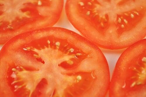 Ако съхранявате доматите в хладилник, те постепенно губят своята текстура.