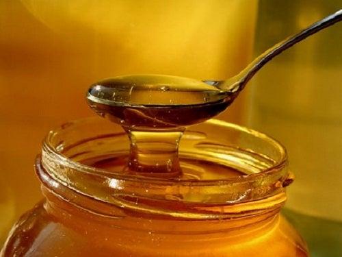Ако държите мед в хладилник, той се захаросва бързо.