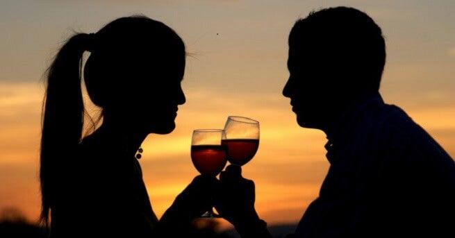 Ако партньорът ви често споменава определен човек, може да е сигнал за изневяра.