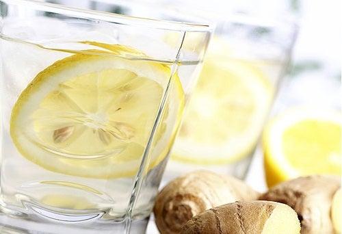 Лимонада от джинджифил, краставица, мента и лимон за плосък корем