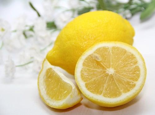 Лимоновият сок е чудесно средство за борба с плаката и зъбния камък