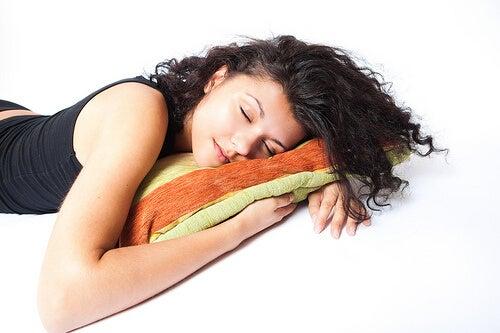 Спането на лявата страна е полезно поради много причини