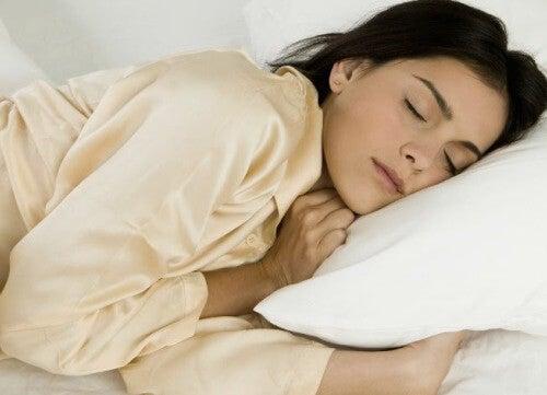 Ползи от спането на лявата страна на тялото