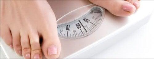 Хората, които са с наднормено тегло могат да си помогнат с топла вода