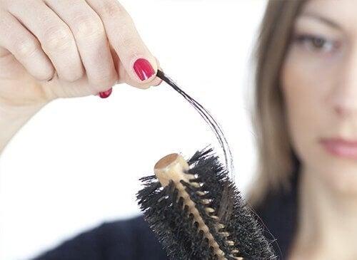 Трябва да лекувате и причината за окапване на косата.