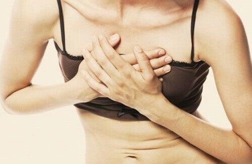 Пронизваща болка в гърдите: Сериозно ли е?