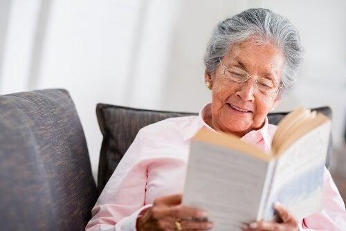 Четенето преди сънще ви отпусне и помогне да забравите стреса