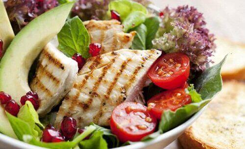 Филе от риба на скара и салата за обяд в периода на прочистване на тялото.