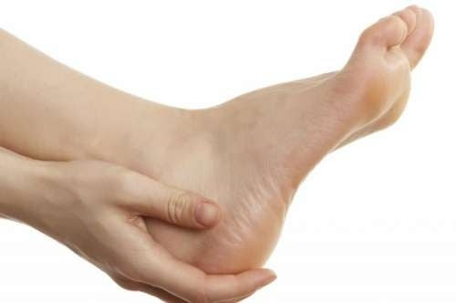 Един от симптомите на шипове в петите е острата болка сутрин.