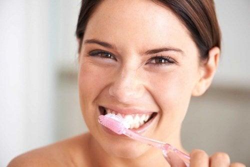 миене на зъби с натурални продукти
