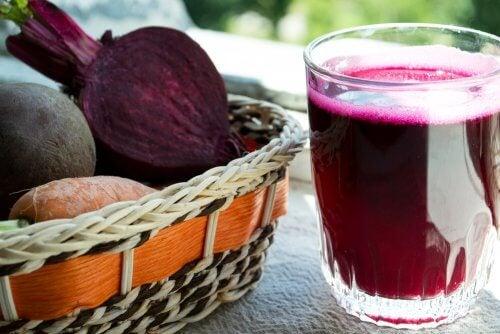 Сокове против анемия: сок от цвекло и моркови