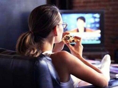 Вредни навици, сред които е и храненето пред телевизора