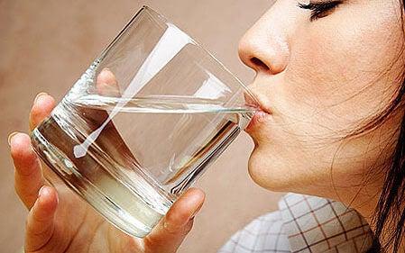 За да се предпазите от цистит, пийте достатъчно вода!