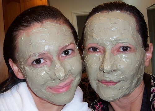 women-with-green-facemasks