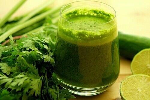 При подуването на корема пийте зелени смутита.