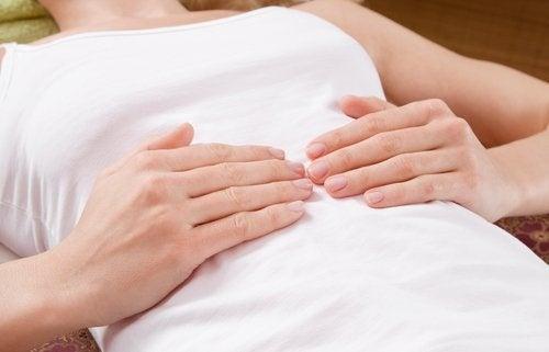 болката в корема е един от сериозните 7 симптома при жените