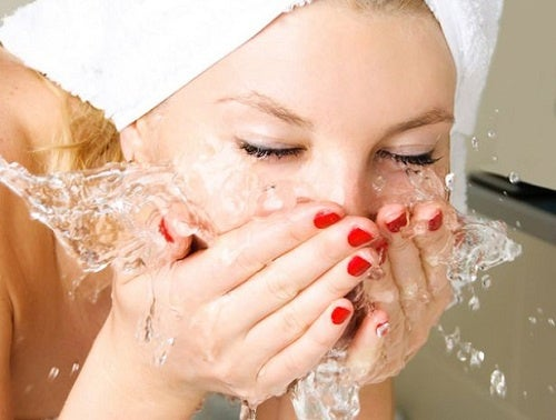 Правилният начин да се измива лицето преди лягане