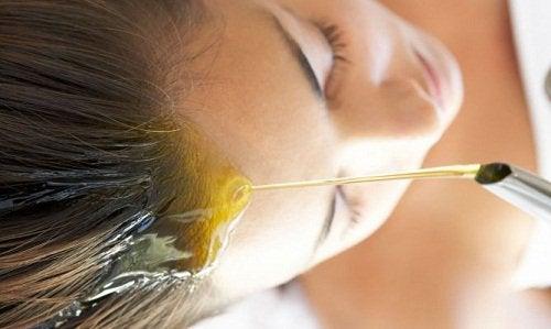 Зехтинът като лечение за увредена коса