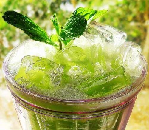 Сок от ябълка и целина за детоксикация на бъбреците