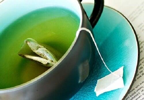 подкожните мазнини и зеления чай