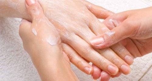 Как да поддържаме ръцете млади