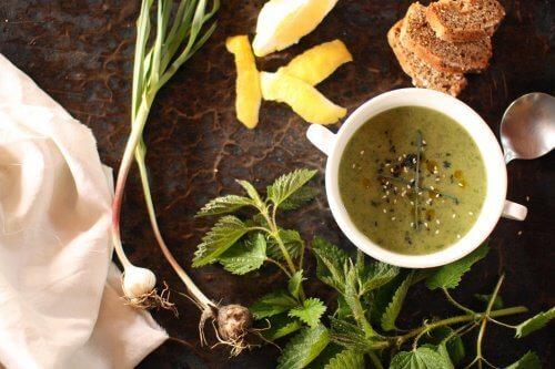 Чай от мащерка и коприва за пречистване и укрепване на белите дробове.